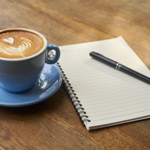 פנקס רשימות וכוס קפה